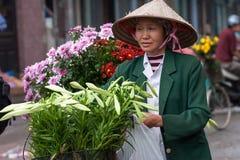 Niezidentyfikowany kwiatu sprzedawca przy kwiatu małym rynkiem Zdjęcia Royalty Free