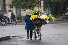 Niezidentyfikowany kwiatu sprzedawca przy kwiatu małym rynkiem Fotografia Royalty Free