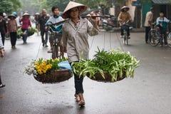 Niezidentyfikowany kwiatu sprzedawca przy kwiatu małym rynkiem Zdjęcia Stock