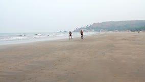 Niezidentyfikowany mężczyzna bieg na plaży zdjęcie wideo