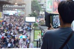 Niezidentyfikowany mężczyzna bierze fotografii protestującego gromadzenia się Patumwan skrzyżowanie anty rząd Obrazy Royalty Free