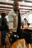 Niezidentyfikowany mężczyzna nalewa białego wino przy wino degustaci stołem Obraz Stock