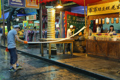 Niezidentyfikowany mężczyzna robi handmade makaronowi w sklepie spożywczym Obraz Stock