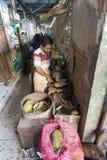 Niezidentyfikowany mężczyzna sprzedaje owoc Zdjęcia Stock