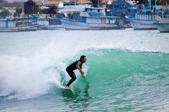 Niezidentyfikowany mężczyzna surfing w San Cristobal wyspie zdjęcie stock