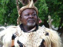 Niezidentyfikowany mężczyzna ubierał w zulu wojownika odzieży przy Shakaland zulu Kulturalną wioską obraz stock