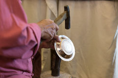 niezidentyfikowany mężczyzna use młot rzeźbić dekoracyjną sztukę na srebrze pl Fotografia Royalty Free