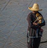 Niezidentyfikowany mężczyzna z małpą zdjęcia royalty free