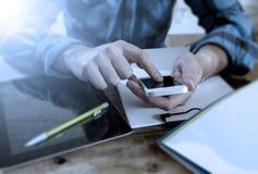 Niezidentyfikowany mężczyzna zakończenie up wręcza używać telefon komórkowego i działanie ruchliwie Zdjęcia Stock