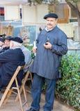 Niezidentyfikowany malarz pokazuje jego obrazy w modernistycznym jarmarku Fotografia Royalty Free