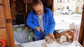 Niezidentyfikowany masarki przecinania włoch leczył baleronu prosciutto przy Obraz Royalty Free