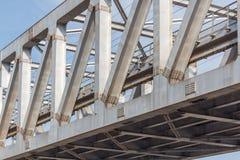 Niezidentyfikowany metro pociągu żelaza most z zygzag wykłada budującego usi obrazy stock