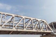 Niezidentyfikowany metro pociągu żelaza most z zygzag wykłada budującego usi zdjęcia royalty free