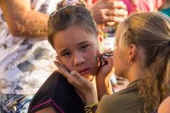 Niezidentyfikowany nastoletnia dziewczyna rysunku kwiat na twarzy inna dziewczyna Fotografia Stock
