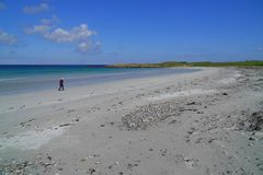 Niezidentyfikowany osoby odprowadzenie na plaży zdjęcie stock