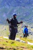 Niezidentyfikowany paraglider w Balea jeziorze, Fagaras góra, Rumunia Zdjęcia Royalty Free