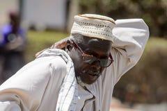 Niezidentyfikowany Senegalski mężczyzna w tradycyjnym odziewa narysy cześć zdjęcia stock