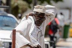Niezidentyfikowany Senegalski mężczyzna w tradycyjnym odziewa narysy cześć obraz stock