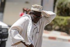 Niezidentyfikowany Senegalski mężczyzna w tradycyjnym odziewa narysy cześć obraz royalty free