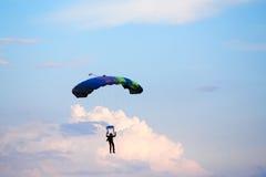 Niezidentyfikowany skydiver, parachutist na niebieskim niebie Zdjęcie Royalty Free