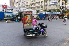 NIEZIDENTYFIKOWANY sprzedawca pcha mobilną kuchnię na ulicie w Nguyen odcienia chodzącej ulicie SAIGON WIETNAM, JAN - 23, 2017 - Obrazy Royalty Free