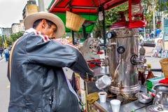 Niezidentyfikowany sprzedawca uliczny sprzedaje świeżą kawę przy Fotografia Royalty Free