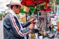 Niezidentyfikowany sprzedawca uliczny sprzedaje świeżą kawę przy Zdjęcie Stock