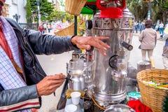 Niezidentyfikowany sprzedawca uliczny sprzedaje świeżą kawę przy Zdjęcia Royalty Free