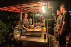 Niezidentyfikowany Tajlandzki mężczyzna gotuje Roti Mataba dla sprzedaż podróżnika przy ulicznym noc rynkiem Obrazy Stock
