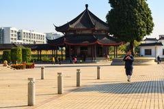 Niezidentyfikowany Taoistyczny michaelita chodzący używa telefon komórkowego podczas gdy Zdjęcia Stock