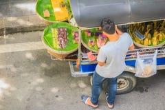 Niezidentyfikowany targowy sprzedawca sprzedaje jedzenie na ulicie Uliczni foods w Tajlandia rozsądnie wyceniają i łatwo dostępny Obraz Royalty Free