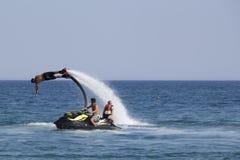 Niezidentyfikowany Turecki mężczyzna demonstruje flyboard akrobacje na Zdjęcie Royalty Free