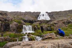 Niezidentyfikowany turysta bierze obrazek Dynjandi siklawa, Iceland zdjęcie royalty free
