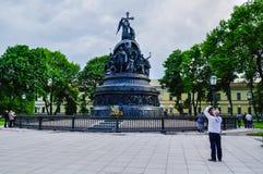 Niezidentyfikowany turysta bierze strzał pomnikowy milenium Rosja, Veliky Novgorod, Rosja obrazy royalty free