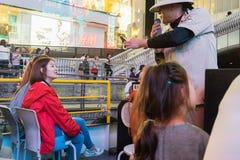 Niezidentyfikowany turysta na Tombori rzecznym rejsie Osaka Dotonbori zdjęcia royalty free