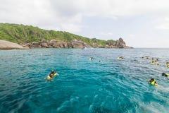 Niezidentyfikowany turystyki dopłynięcie przy pięknymi wyspami Zdjęcie Royalty Free