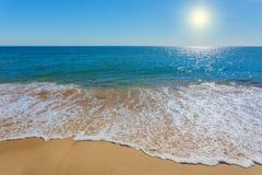 Nieziemska plaża z jasnym nawadnia Zdjęcia Stock