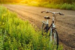 Niezmienny przekładnia bicykl w odbiciu parkującym przy drogą rocznika rower Obraz Royalty Free