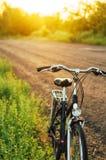 Niezmienny przekładnia bicykl w odbiciu parkującym przy drogą rocznika rower Fotografia Stock