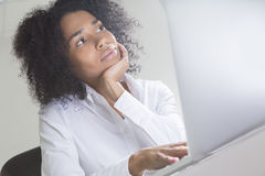 Nieznacznie zanudzający biurowy pracownik od Afryka Zdjęcie Stock