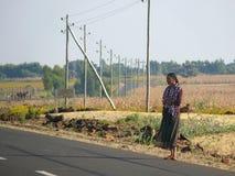 Nieznane kobiety pozycja na drodze w Hamusit, Etiopia. Zdjęcia Stock