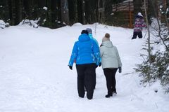Nieznane narciarki relaksuje, je obiad i pije na tarasie, Zdjęcie Royalty Free