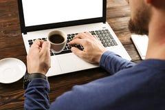 Niezobowiązująco ubierający uczeń, blogger, pisarz, mężczyzna pracuje na komputeru osobistego laptopie/, pisać na maszynie na kla obrazy stock