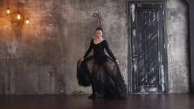 Niezwykła czarna balerina kłębi w taniec sala, ona jest samotna zbiory wideo