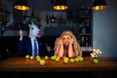 Niezwykła para przy barem odpierającym w eleganckiej kuchni zdjęcia stock