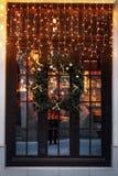 niezwykły boże narodzenie wianek na okno luksus dekorujący sklepu przód Fotografia Stock