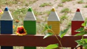 Niezwykły domowej roboty dekoracyjny ogrodzenie w postaci barwionych ołówków zbiory