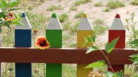 Niezwykły domowej roboty dekoracyjny ogrodzenie w postaci barwionych ołówków zbiory wideo