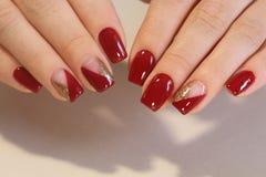 Niezwykły manicure'u projekt w czerwieni obraz royalty free