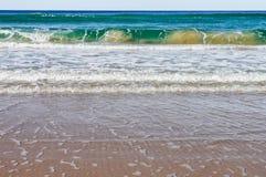 Niezwykły marmurkowaty przyglądający falowy przybycie w brzeg z splotches brudno- i ciemnozielony z pianą mąci wodę - Noosa Przew fotografia royalty free
